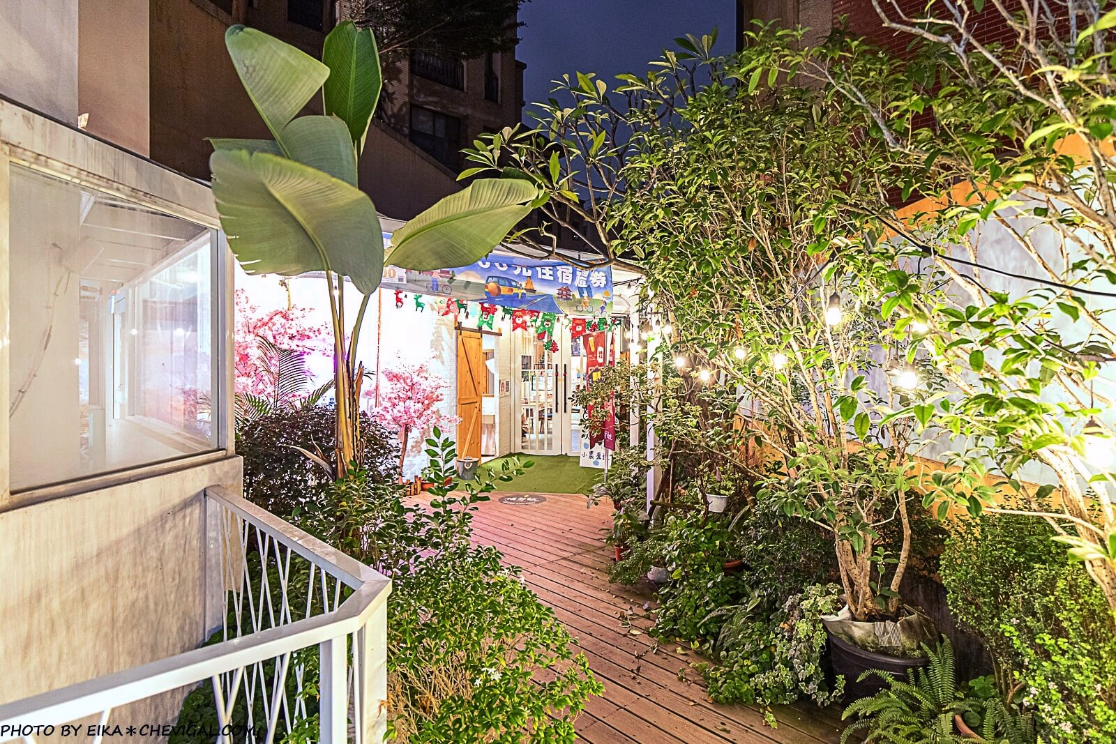 20201228190714 73 - 熱血採訪│台中秘境咖啡廳,綠意庭園搭配美麗燈泡好浪漫,還有麵食、披薩與炸物可以享用!